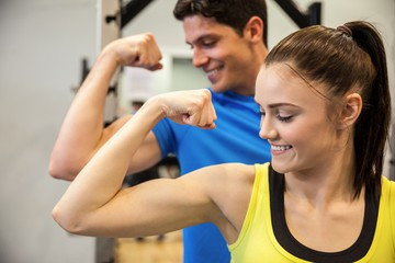 entrenamiento biceps mujer
